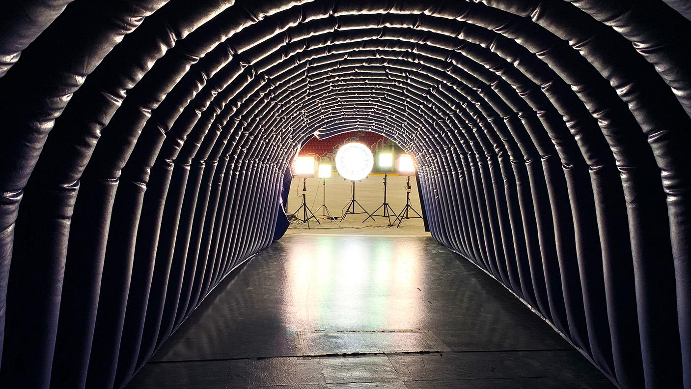 Der blaue Einlauftunnel der Düsseldorfer EG wird mit fünf hellen Strahlern ausgeleuchtet.