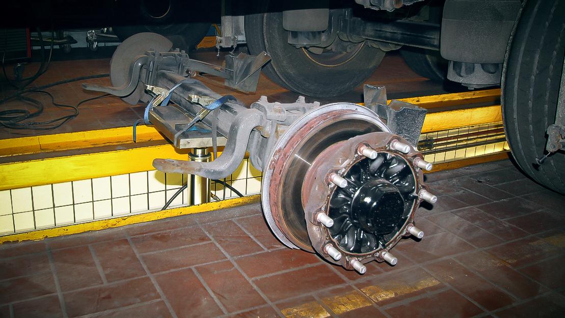 Der ursprüngliche Auflieger wurde um 2,8 Meter gekürzt und verlor dabei eine Achse.
