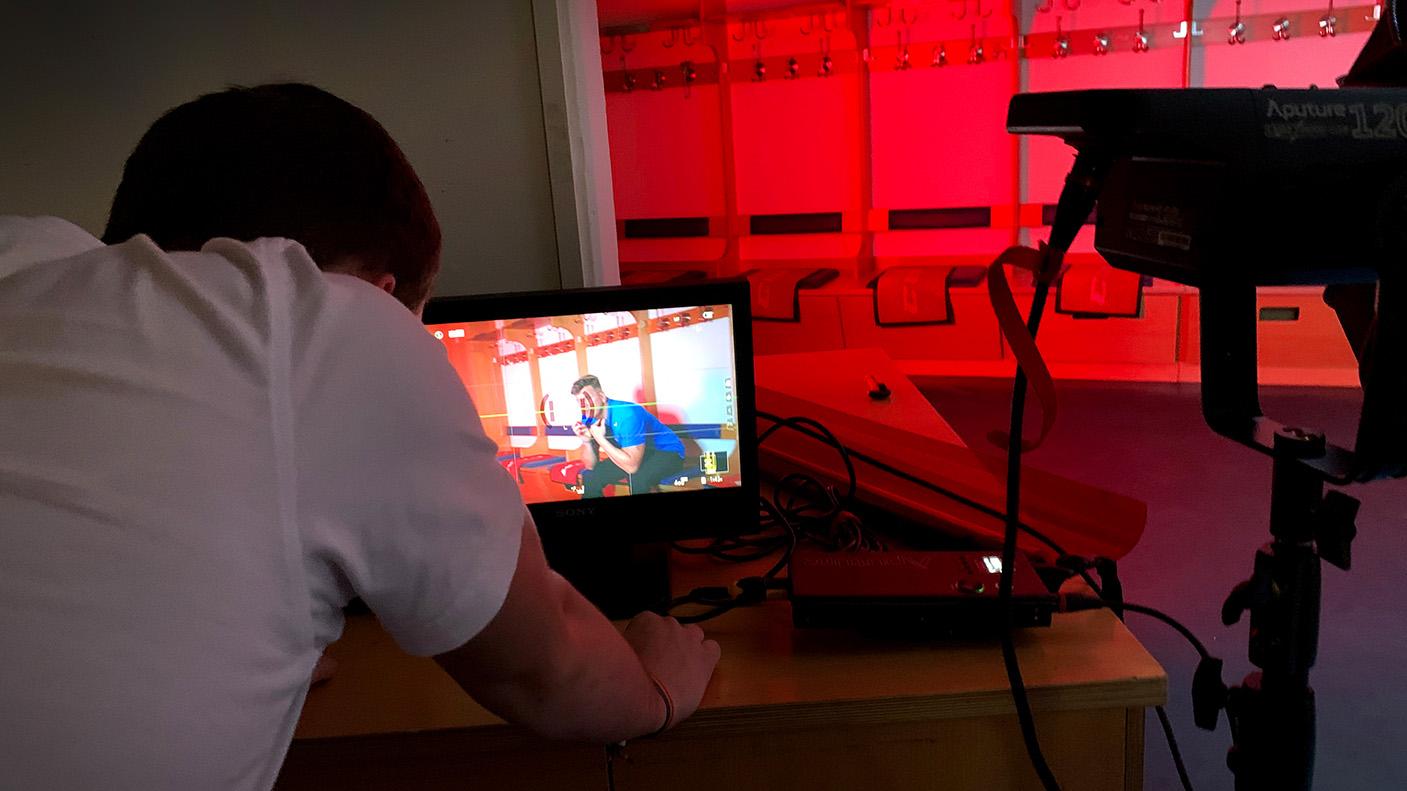 Der Kameramann checkt auf einem separaten Bildschirm ob Bildeindruck und Beleuchtung stimmen.